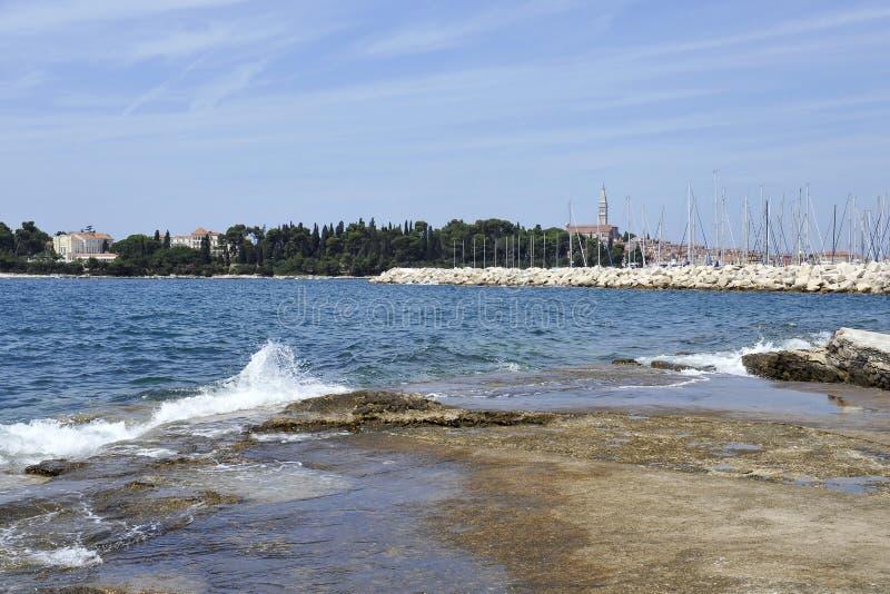 Mening van het historische deel van Rovinj in Kroatië Boven de stadsstijgingen de Kerk van St Euphemia Adriatische Overzees met e royalty-vrije stock fotografie