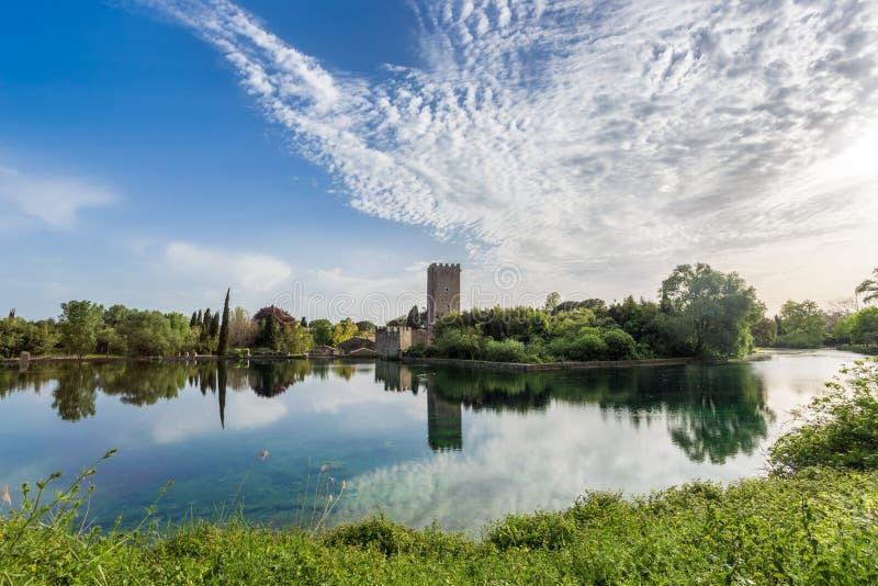 Mening van het historische kasteel en het spectaculaire meer van de Tuin stock fotografie