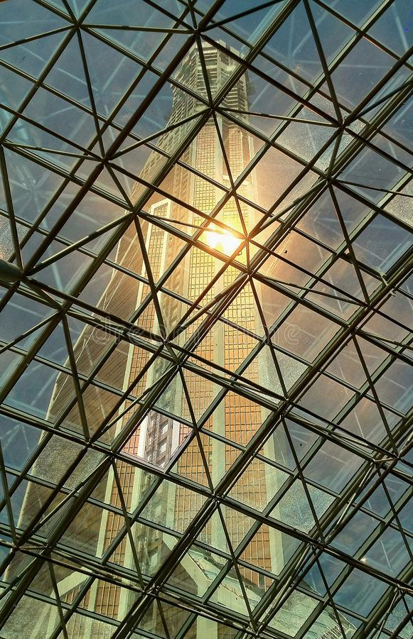 Mening van het hoge gebouw door het glasdak stock afbeeldingen