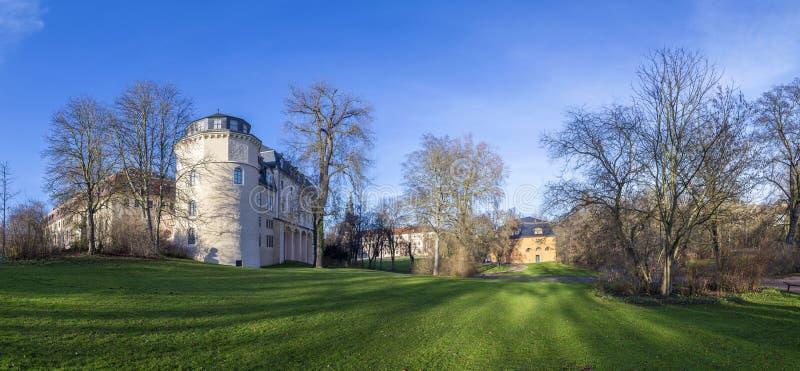 Mening van het Ilm-park in weimar aan groene kasteel en Anna Amalia royalty-vrije stock afbeelding