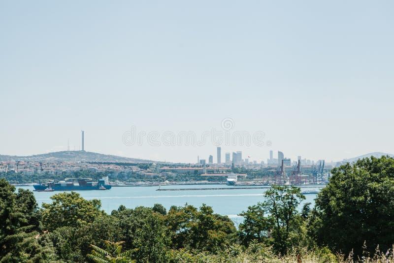 Mening van het industriële deel van Istanboel Schepen, dokken en moderne cityscape en Bosphorus stock afbeeldingen