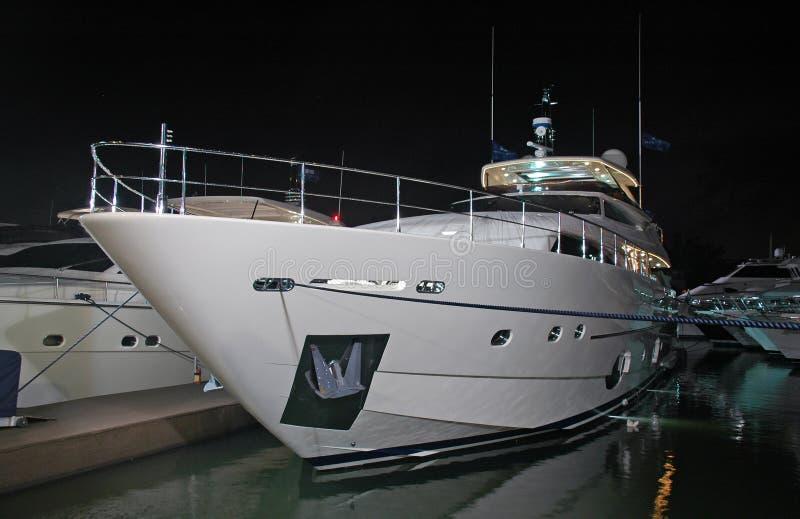 Mening van het Jacht van de Luxe bij Nacht stock foto's