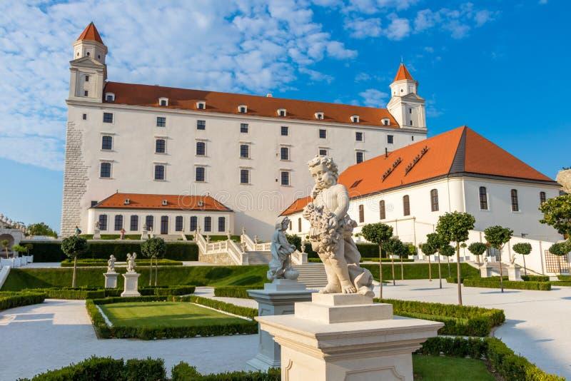 Mening van het kasteel van Bratislava en zijn tuinen, Bratislava, Slowakije stock afbeeldingen