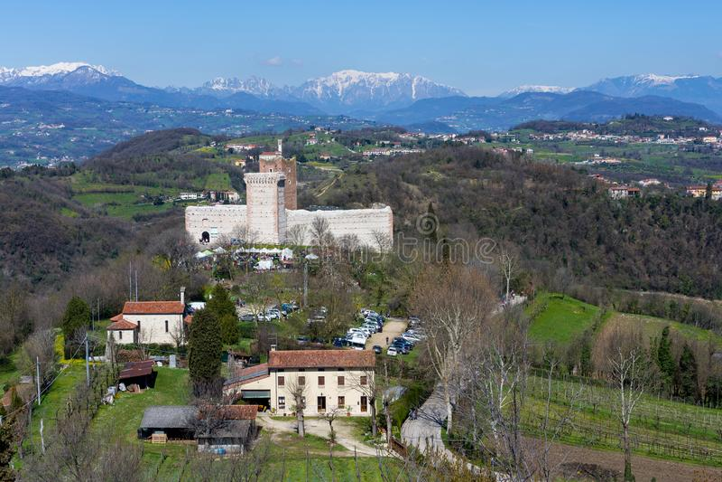 Mening van het `-Kasteel van de Villa ` ook als Charmeur` s Kasteel wordt bekend in Montecchio Maggiore met de achtergrond van de stock fotografie
