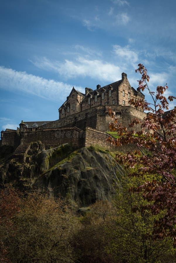 Mening van het Kasteel van Edinburgh van de Tuinen van de Prinsenstraat op Zonnig stock afbeeldingen