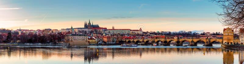 Mening van het kasteel van Praag (Tsjech: Prazsky hrad) en Charles Bridge (Tsjech: Karluv het meest), Praag, Tsjechische Republie stock foto's