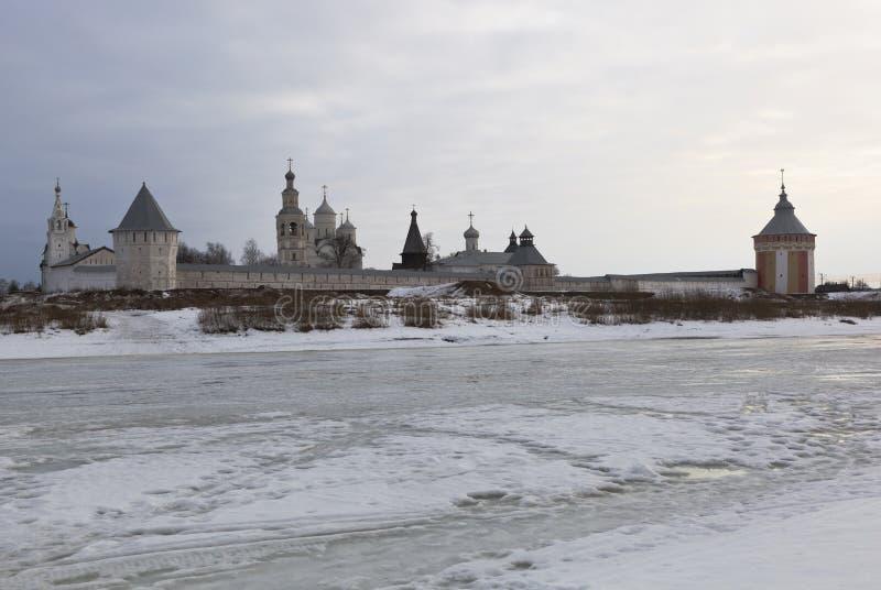 Mening van het Klooster spaso-Prilutsky van de tegenovergestelde banken van de ochtend van riviervologda Maart stock afbeelding