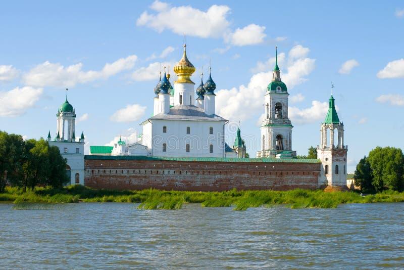 Mening van het Klooster van spaso-Yakovlevsky Dmitrovsky op zonnig per dag van Juli Rostov Groot, Rusland royalty-vrije stock afbeelding