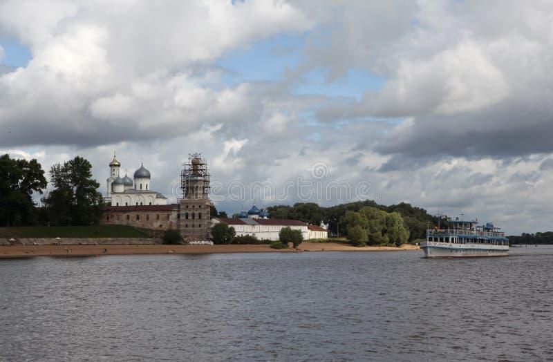 Mening van het Klooster van St George met Volkhov Veliky Novgorod Rusland stock foto