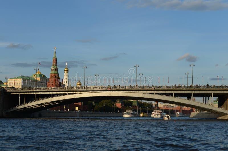 Mening van het Kremlin en de Grote Steenbrug van de Rivier van Moskou stock foto