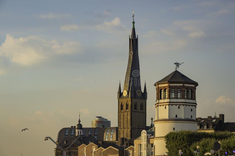 Mening van het Maritieme museum naast St Lambertus kapel in Dusseldorf, Duitsland stock foto