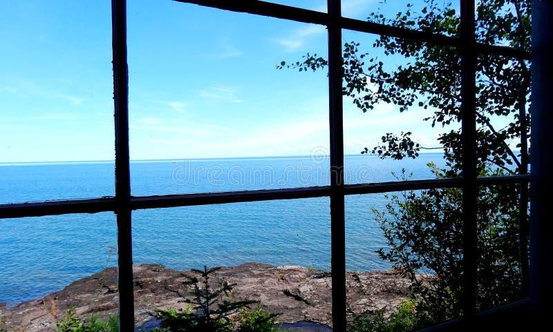 Mening van het meer door het cabinevenster royalty-vrije stock fotografie