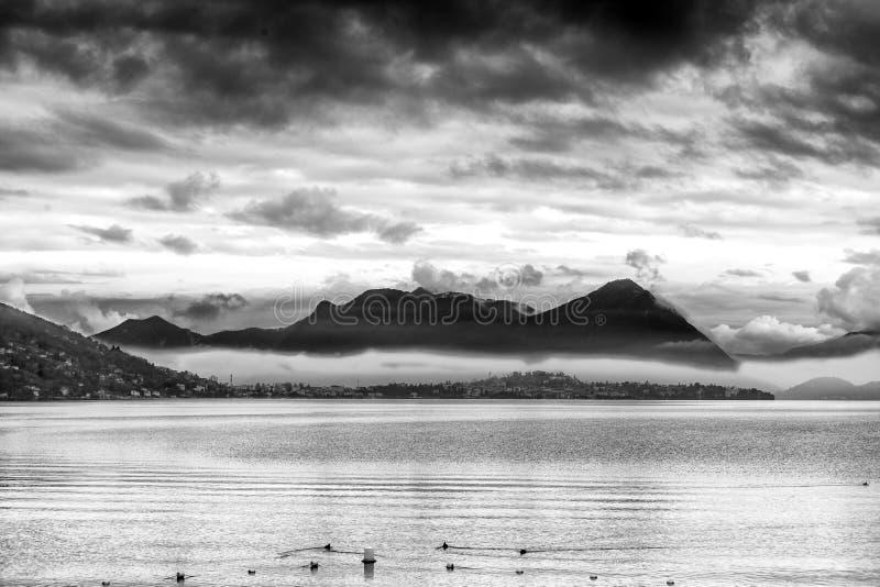Mening van het meer Maggiore met stormachtige wolken De Zwart-witte foto van Peking, China royalty-vrije stock foto's