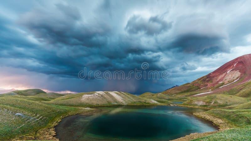 Mening van het meer van Tulpar Kul in Kyrgyzstan tijdens het onweer stock afbeelding