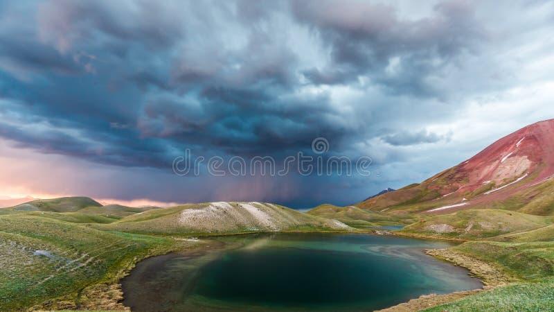Mening van het meer van Tulpar Kul in Kyrgyzstan tijdens het onweer stock afbeeldingen