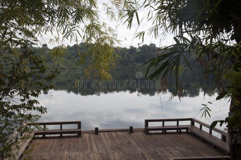Mening van het meer van Yeak Lom met houten platform in voorgrond stock foto's