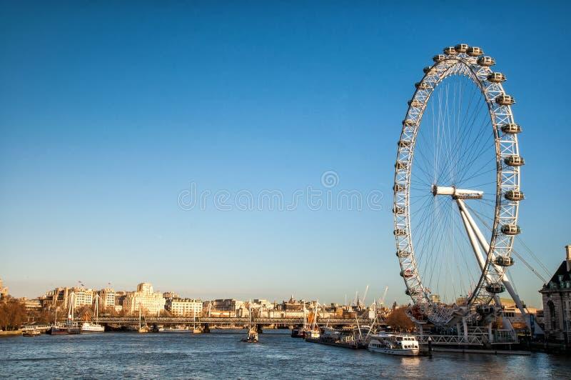 Mening van het Oog en de rivier Theems, Londen van Londen stock afbeeldingen