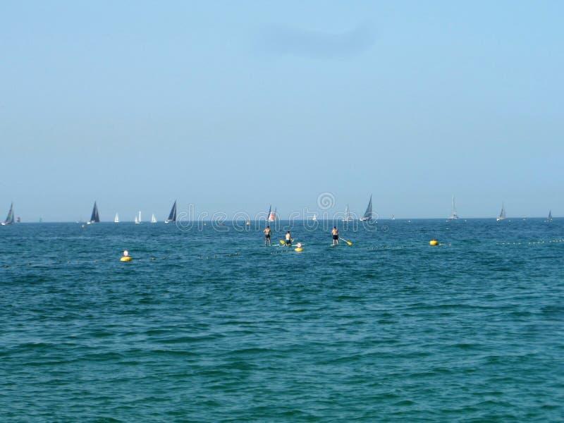 Mening van het overzees Zeilboten, boten Actief hebbend een rust mensen op het overzees royalty-vrije stock foto's