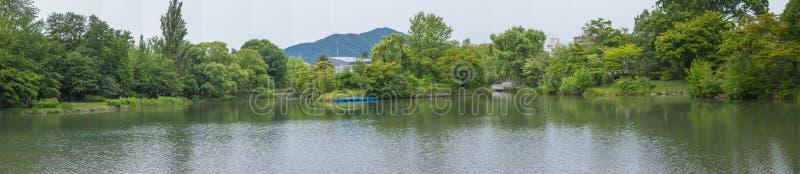 Mening van het panorama de mooie landschap van Meer dat met groene bomen in Nakajima-Park Koen in Sapporo-Stad wordt omringd, stock fotografie