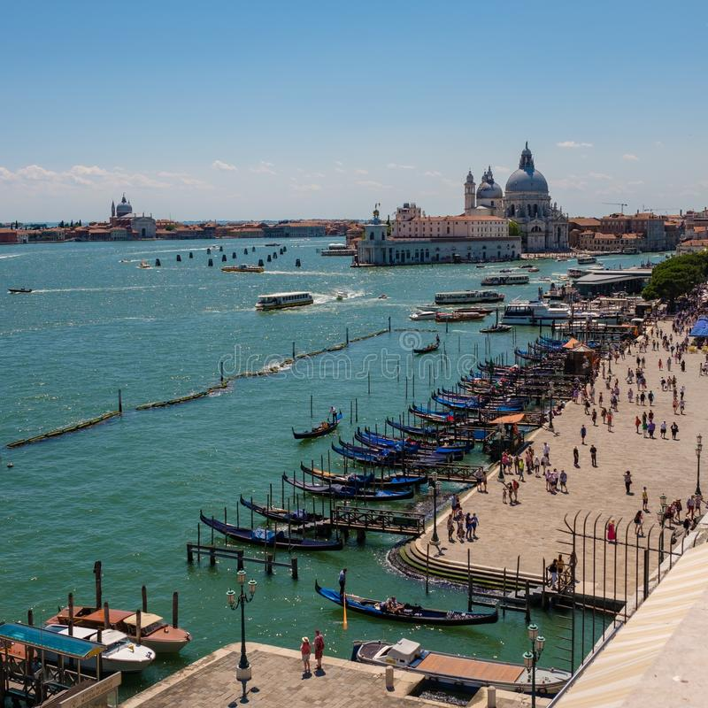 Mening van het restaurant op cityscape van Venetië en Grand Canal met Santa Maria della Salute-kerk royalty-vrije stock fotografie