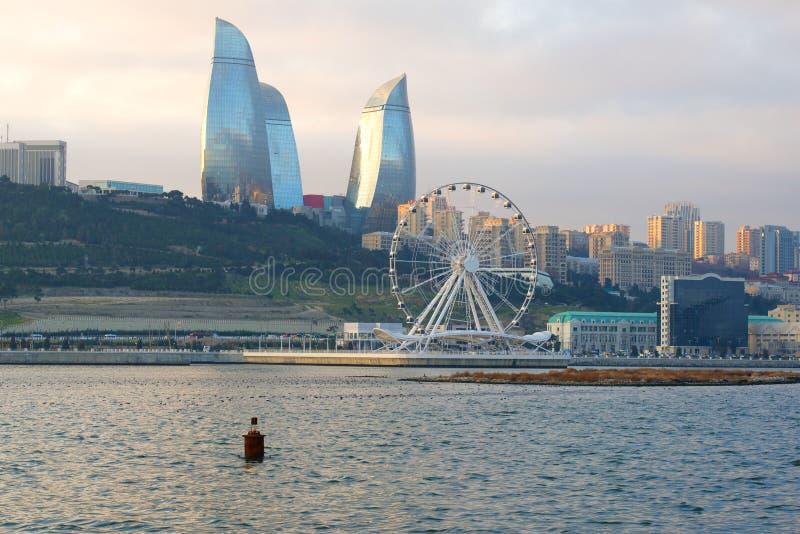 Mening van het Reuzenrad en de Vlamtorens op bewolkt per dag van December, Baku royalty-vrije stock foto's