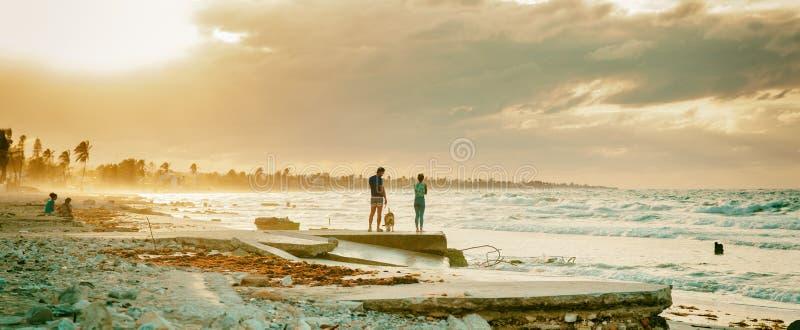 Mening van het ruwe overzees op de oostelijke stranden in Havana stock afbeelding