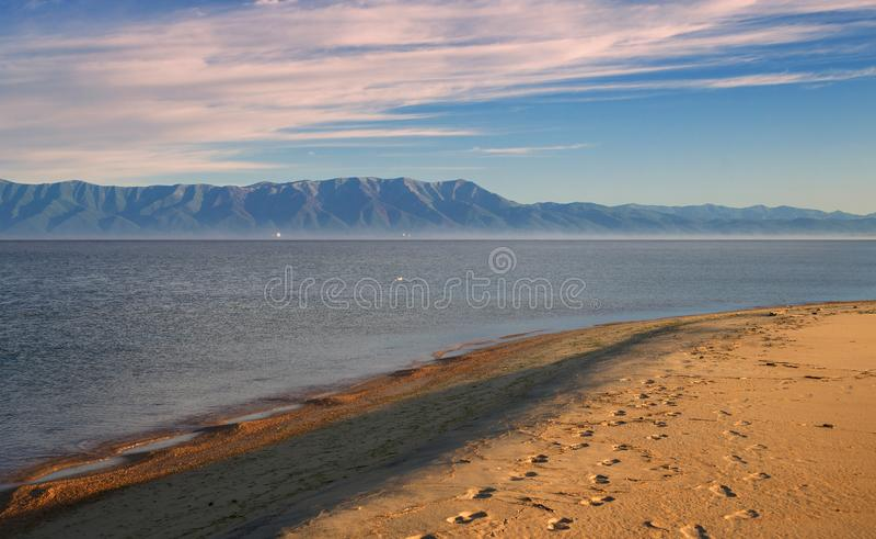 Mening van het Schiereiland van Svyatoy Nrs. in de Golf van Barguzin royalty-vrije stock foto