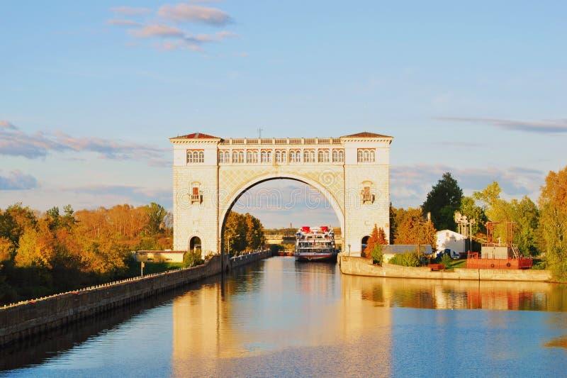 Mening van het slot op de Volga rivier dichtbij Uglich De aard van de herfst Lange schaduwen en blauwe hemel
