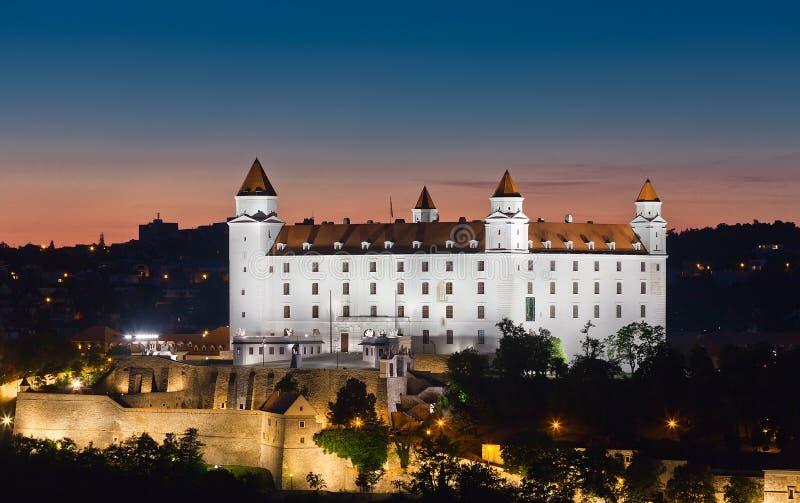 Mening van het slot van Bratislava bij nacht royalty-vrije stock afbeelding