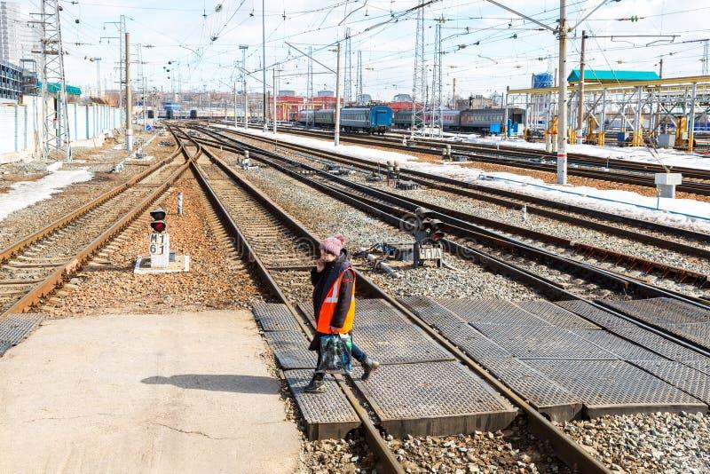 Mening van het spoorwegspoor bij het Samara-station in zonnig stock foto