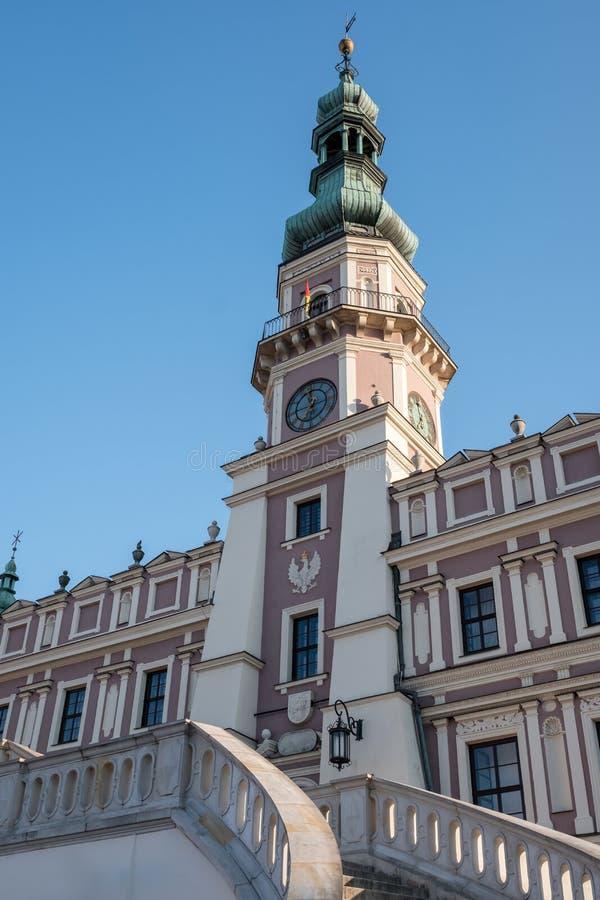 Mening van het Stadhuis in het historische Grote Marktvierkant in Zamosc Polen Foto op een zonnige de lentedag die wordt genomen stock afbeelding