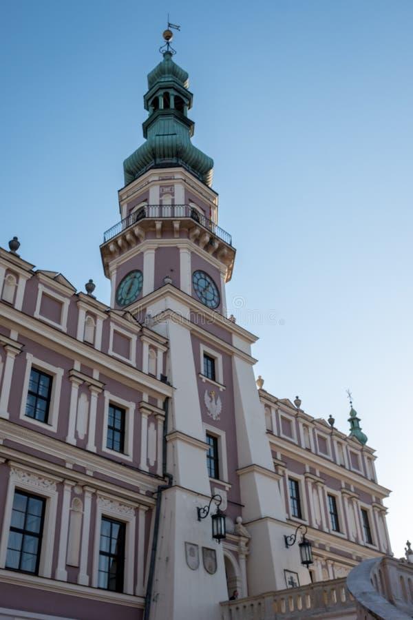 Mening van het Stadhuis in het historische Grote Marktvierkant in Zamosc Polen Foto op een zonnige de lentedag die wordt genomen stock afbeeldingen