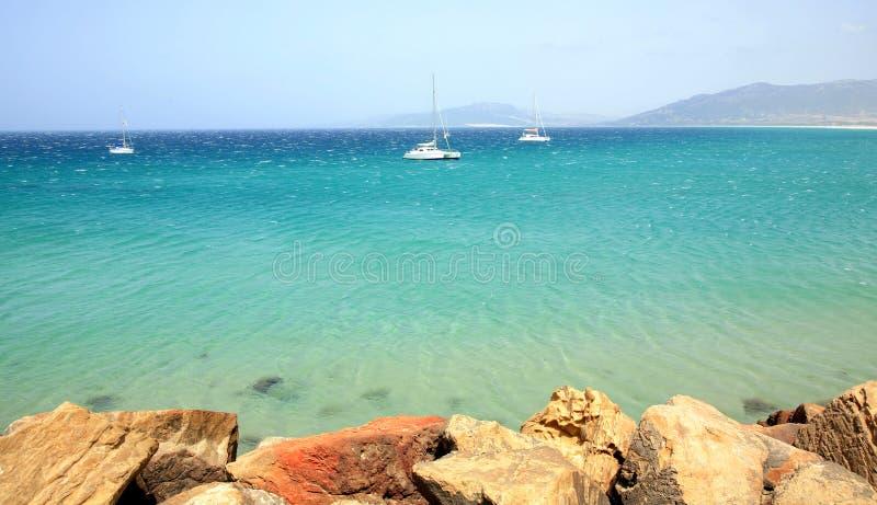 Mening van het strand en de oceaan in Tarifa Spanje royalty-vrije stock afbeeldingen