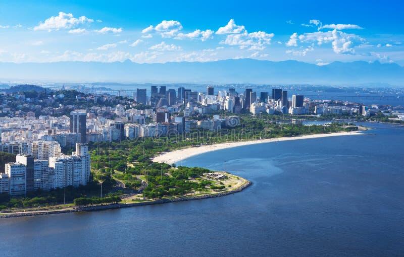 Mening van het strand en het district van Flamengo en Centro in Rio de Janeiro stock afbeeldingen