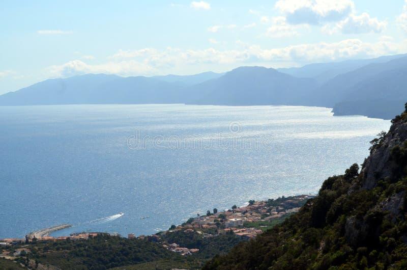 Mening van het strand en het kristaloverzees van Sardinige royalty-vrije stock foto's