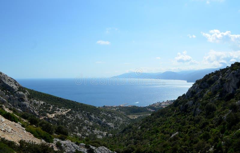 Mening van het strand en het kristaloverzees van Sardinige stock afbeeldingen