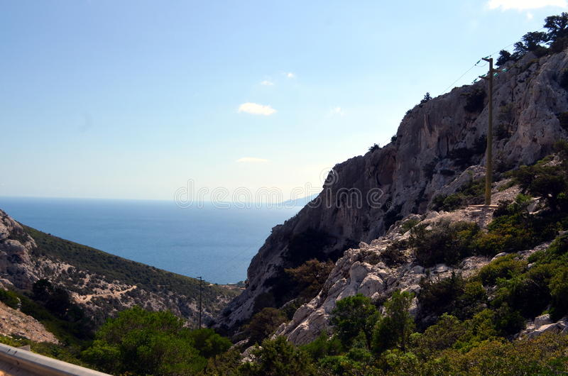 Mening van het strand en het kristaloverzees van Sardinige royalty-vrije stock afbeelding