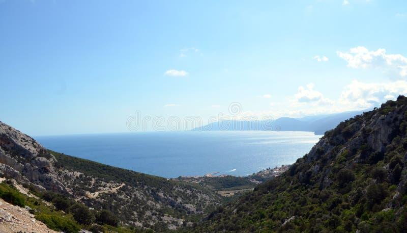 Mening van het strand en het kristaloverzees van Sardinige stock foto's
