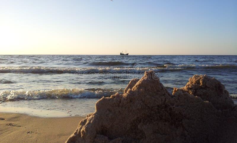 Mening van het strand op het eenzame schip bij de Oostzee stock afbeeldingen
