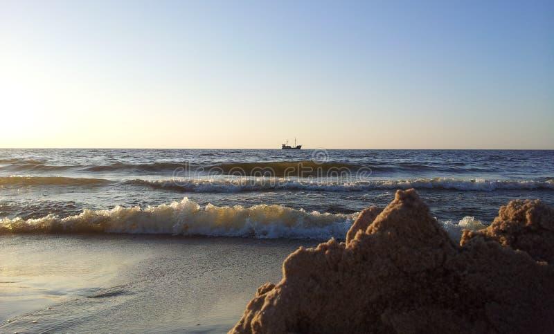 Mening van het strand op het eenzame schip bij de Oostzee royalty-vrije stock fotografie