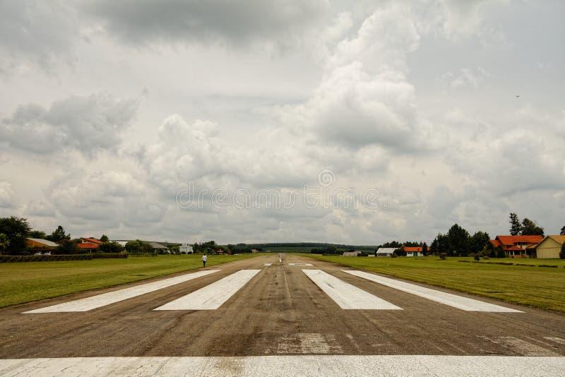 Mening van het tarmac op een klein vliegveld royalty-vrije stock afbeeldingen