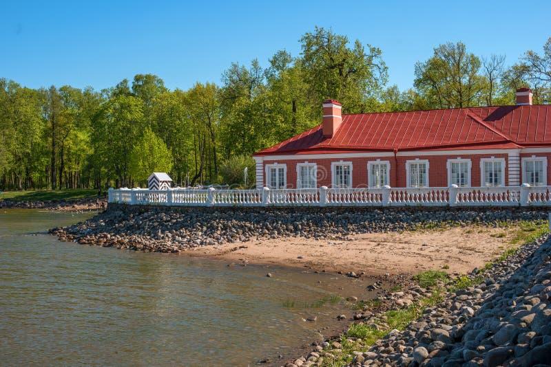 Mening van het terras van het paleis Monplaisir bij de baai en - Badblok in de lagere tuin van het complexe museum royalty-vrije stock afbeeldingen