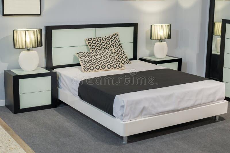 Mening van het tweepersoonsbed in de slaapkamer stock foto's