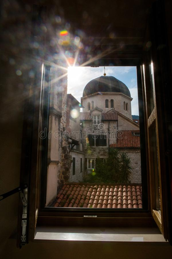 Mening van het venster van de oude stad op het dak royalty-vrije stock fotografie