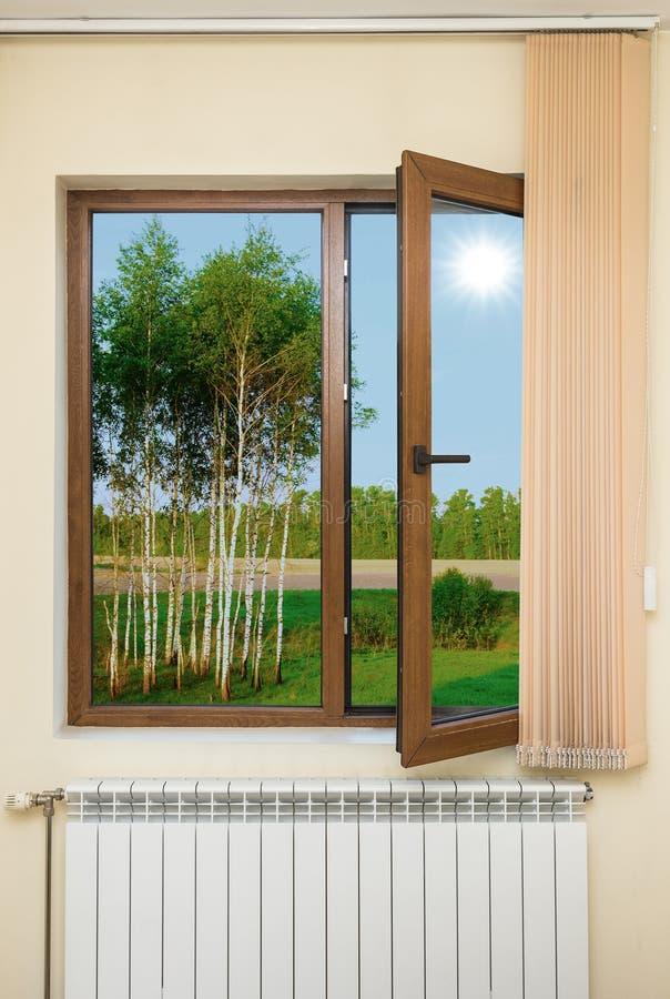 Mening van het venster met zonneblinden stock foto's