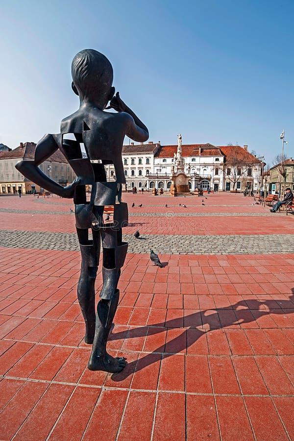 Mening van het vrijheid-Vierkant in Timisoara, Roemenië, met een modernist metaalstandbeeld royalty-vrije stock foto