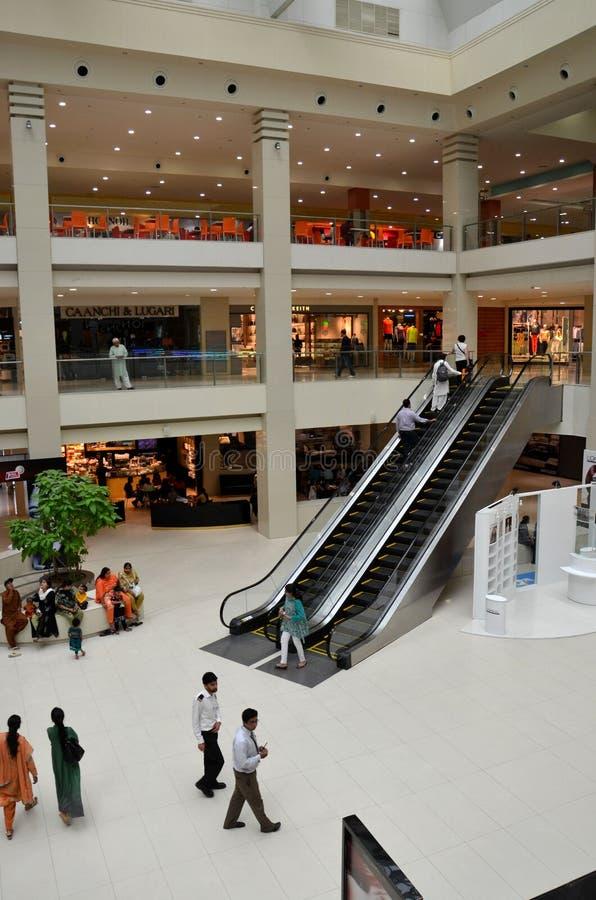 Mening van het winkelcomplex en de roltrap van de Stad van Dolmen in Karachi, Pakistan royalty-vrije stock foto