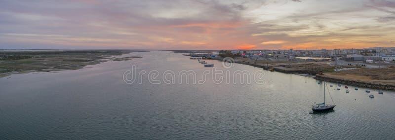 Mening van het zonsondergang de lucht panoramische zeegezicht van Olhao-werf, waterkant aan het natuurreservaat van Ria Formosa royalty-vrije stock afbeeldingen