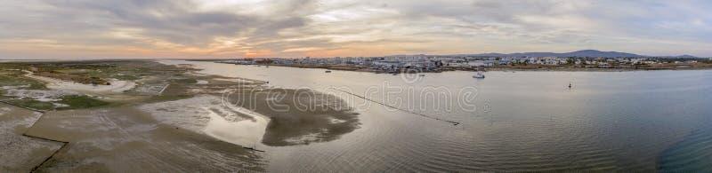Mening van het zonsondergang de lucht panoramische zeegezicht van Olhao-werf, waterkant aan het natuurreservaat van Ria Formosa stock fotografie
