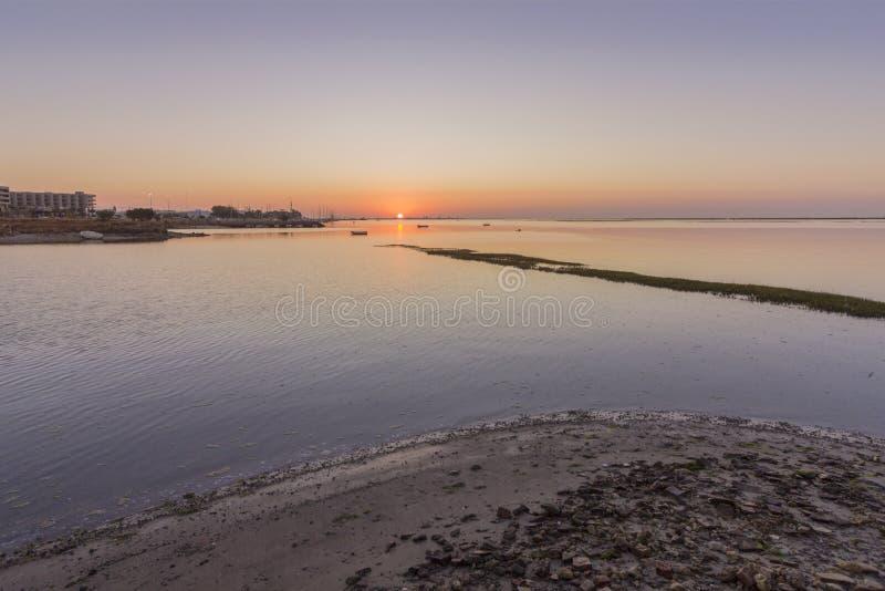 Mening van het zonsopgang de luchtzeegezicht van het zoute moerasinham van Olhao, Algarve stock afbeeldingen